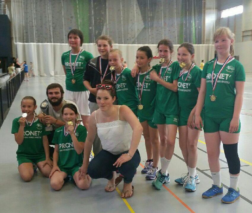 Le collectif -11 Filles avec le trophée de championne de l'Orne